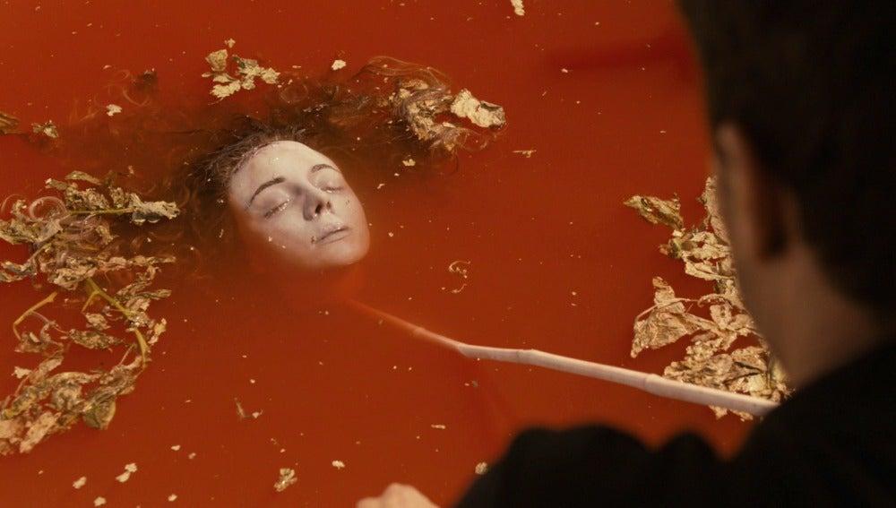 Héctor encuentra el cadáver de Ainhoa