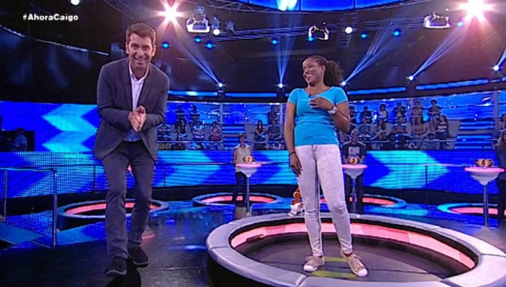 Arturo Valls y una concursante en 'Ahora Caigo'