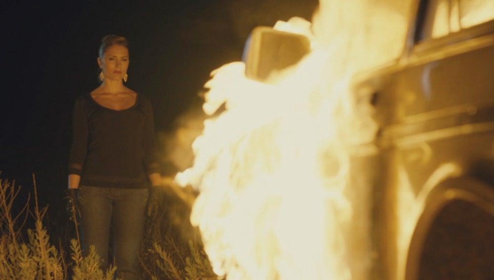 Agneska quema el coche blanco