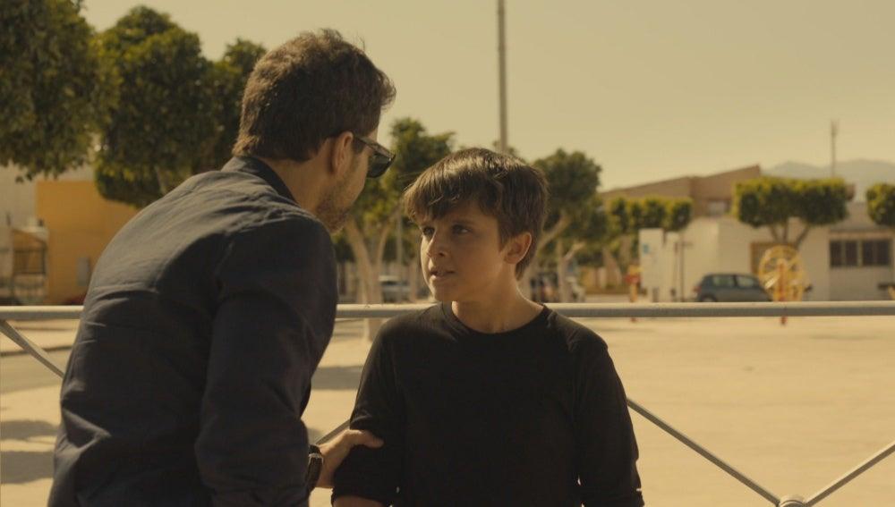 Héctor pilla a Nacho robando