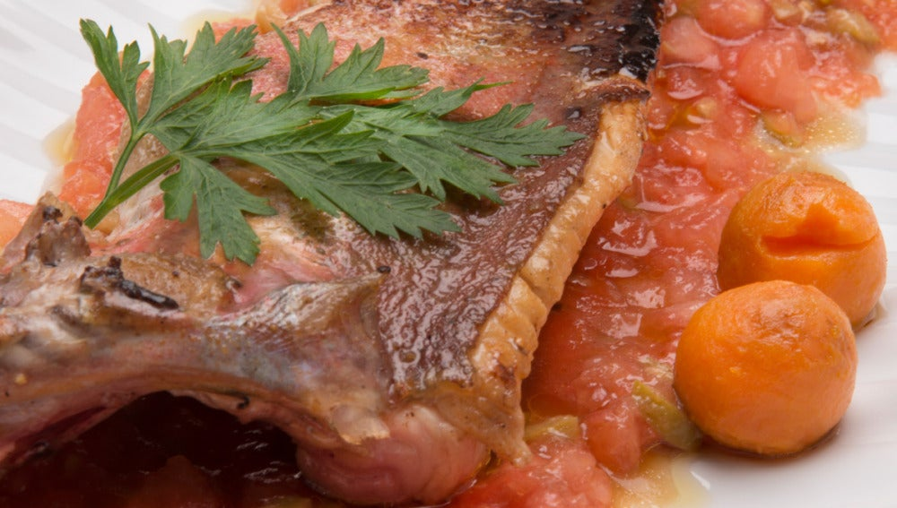 Perlón a la plancha sobre tartar de tomate