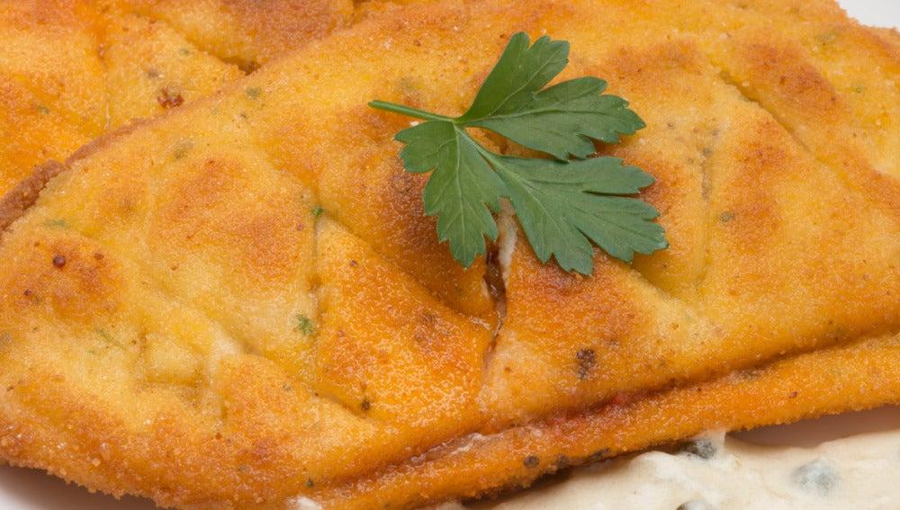 Filetes de pollo rellenos con salsa de chalota y pimienta