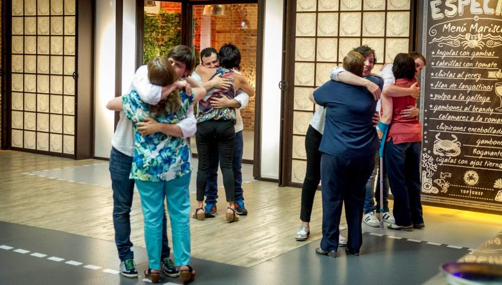 Los concursantes se abrazan a sus madres tras la prueba de fuego