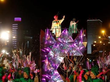 El Rey Baltasar saluda a los niños en la Cabalgata de Reyes