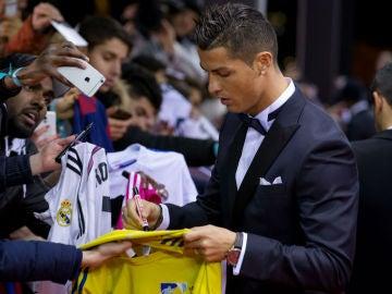 Cristiano Ronaldo firmando camisetas en Zurich