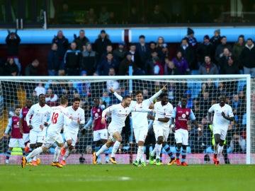 El Liverpool festeja un gol ante el Aston Villa