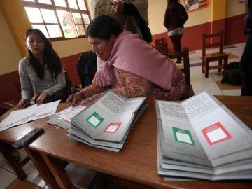 Jurados electorales comienzan el recuento de votos en Bolivia