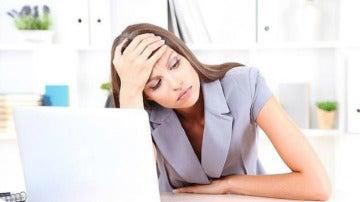 Imagen de una mujer en el trabajo frente al ordenador