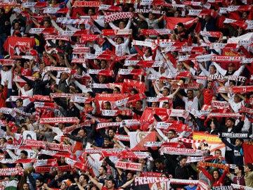 Aficionados del Sevilla en el St Jakob-Park de Basilea durante la final de la Europa League