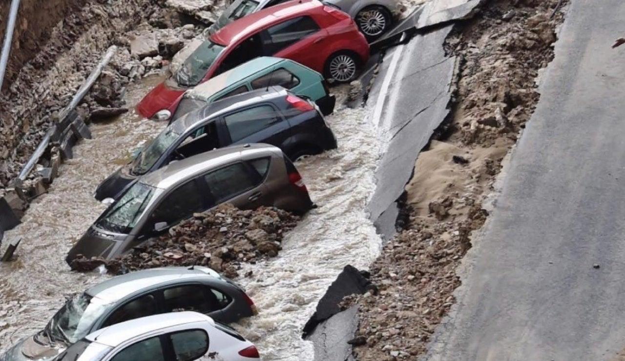 Un enorme socavón en Florencia engulle a 20 coches