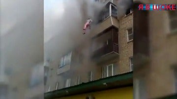 Una familia rusa, con un bebé y una niña de 5 años, salva la vida saltando por la ventana de su casa en llamas