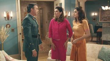 Sofía, Tomás y Adela despiden a Emilia