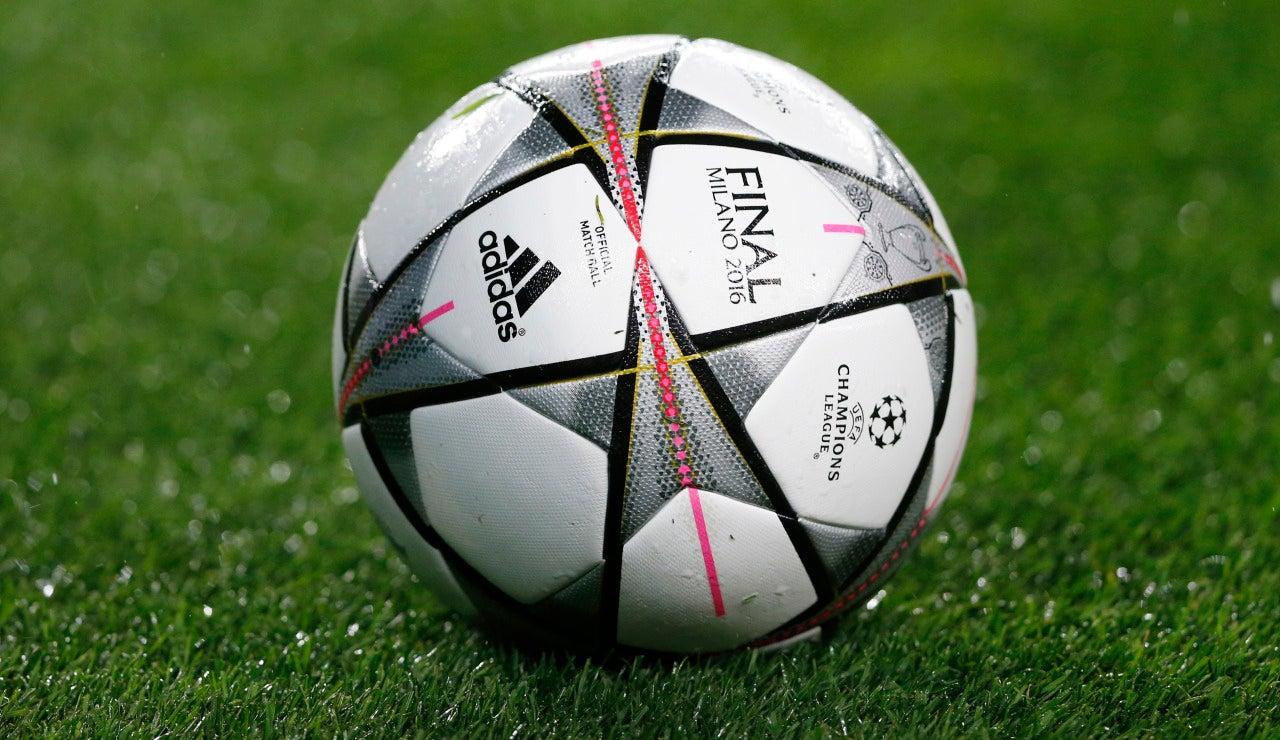 Balón final Champions League sobre el césped