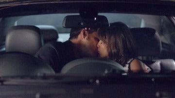 Roberto besa a Ester