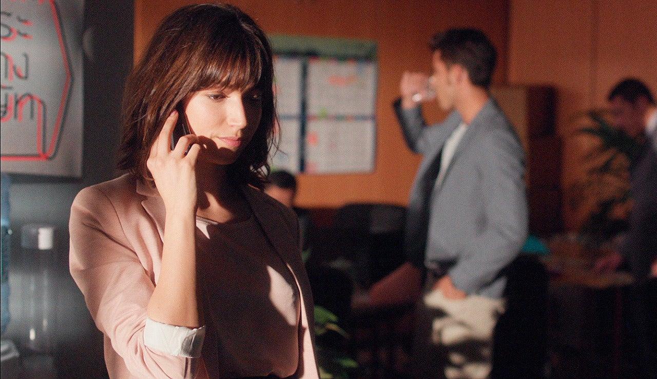 Ester hablando por teléfono