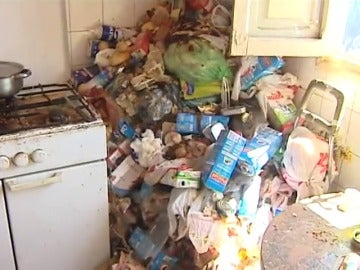 Los vecinos de Torrox recogen firmas para que actúen contra una mujer que acumulaba basura en su casa