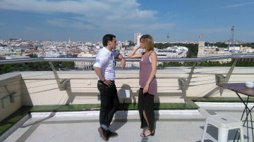Albert y Susanna dialogan desde las alturas de la ciudad