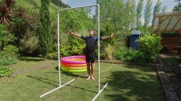 Una ducha con forma de arco para el exterior