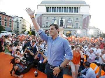 """Rivera dice que votar a Ciudadanos es hacerlo por el """"desbloqueo"""" del Gobierno"""