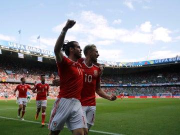 Bale celebra el autogol de McAuley