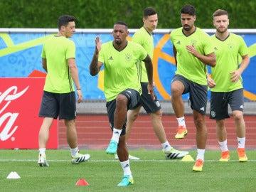 Boateng realiza un ejercició junto a sus compañeros en el entrenamiento de Alemania