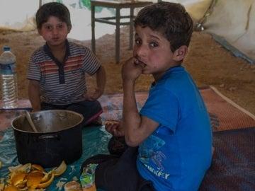 Los pequeños malviven en un campamento de refugiados
