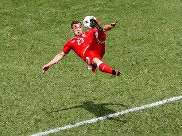 Shaqiri caza el balón de chilena para anotar ante Polonia