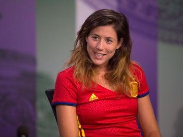 Muguruza, en la sala de prensa de Wimbledon con la camiseta de la Selección