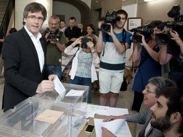 Carles Puigdemont deposita su voto