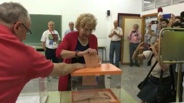 """Carmena expresa su deseo de que vote """"mucha gente"""" y haya gobierno """"pronto"""""""