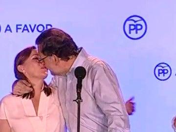 Beso de Rajoy a su mujer