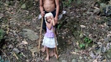 La pequeña junto a su padre camino al trabajo