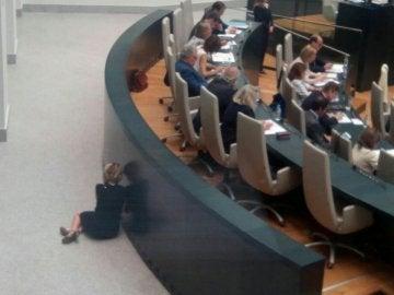 Esperanza Aguirre, hablando por el móvil en el Pleno
