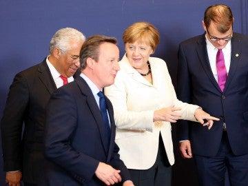 David Cameron charla con Angela Merkel