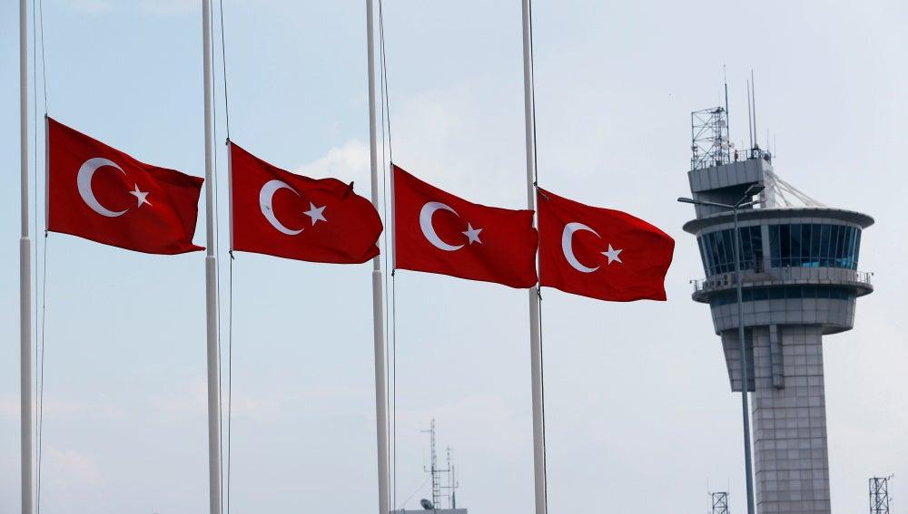 Banderas turcas a media asta