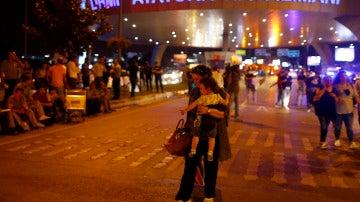 Al menos 30 muertos y más de un centenar heridos en un atentado en el principal aeropuerto de Estambul