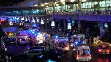 Ambulancias y fuerte dispositivo de seguridad en el aeropuerto de Estambul