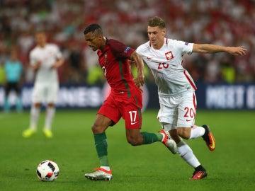Nani conduce el balón ante la defensa de Piszczek
