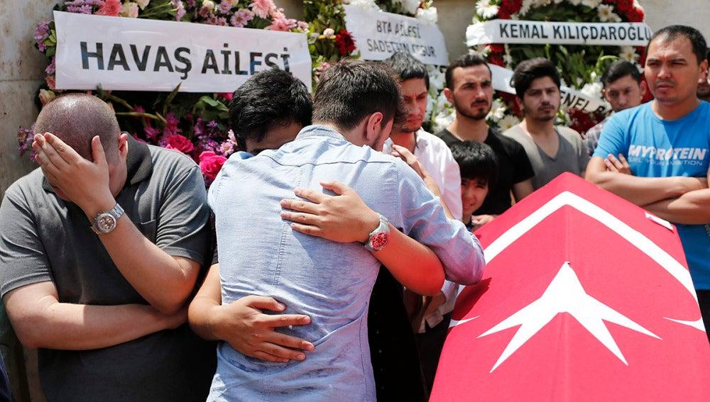 Funeral de una de las víctimas mortales del atentado de Estambul