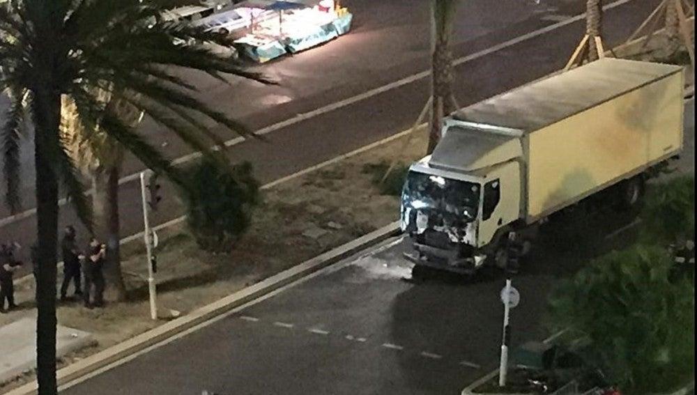 Imagen del camión que habría atropellado a decenas de personas en Niza