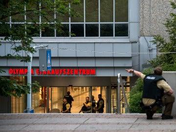 Miembros de las fuerzas especiales de la policía corren hacia el centro comercial donde se ha producido un tiroteo