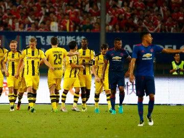El Dortmund celebra uno de sus goles al United