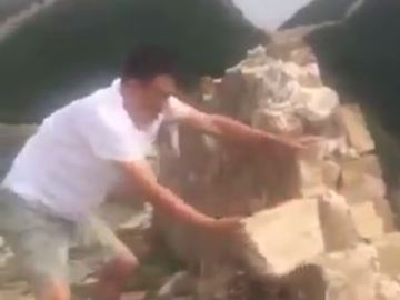 Momento en el que retira uno de los bloques de piedra con las manos