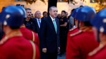 El presidente Erdogan contempla un desfile de la guardia de honor en Ankara.