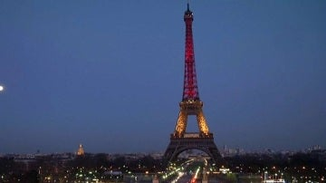 La Torre Eiffel se ilumina con los colores de Alemania en solidaridad con Múnich