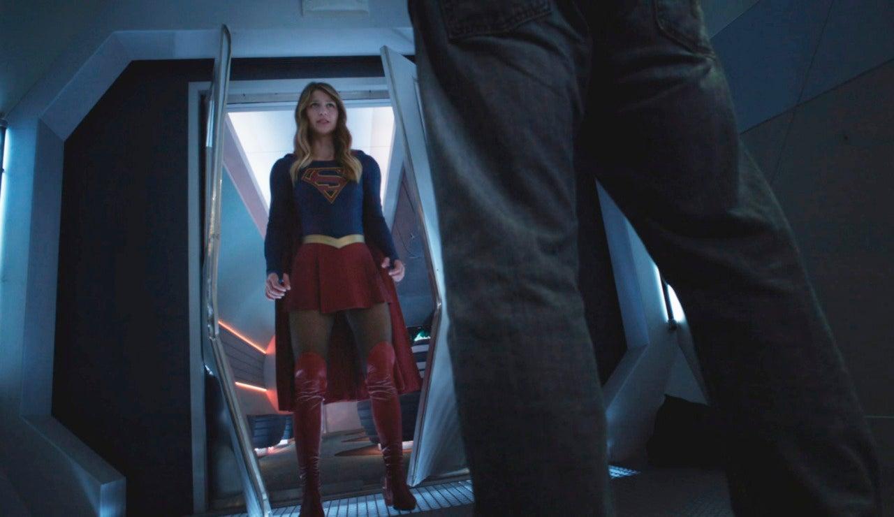 Supergirl salva cientos de personas en un tren
