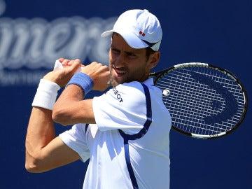 Novak Djokovic golpea la bola