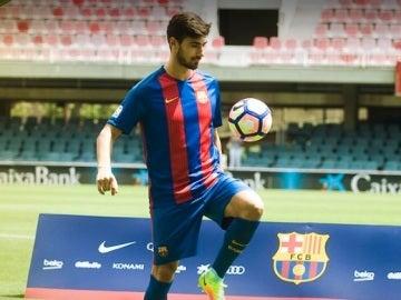 André Gomes da toques al balón en su presentación en el Camp Nou