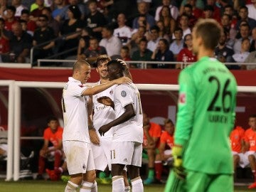 Niang Mbaye celebra un gol ante el Bayern