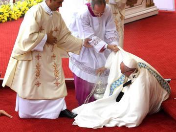 El papa sufre una aparatosa caída en la JMJ de Cracovia